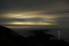街の明かりに夜雲