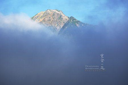 雲間から望む五龍岳